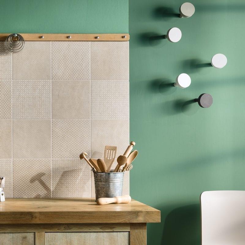 Fringé Deco Beige, En mønstret flise til gulv og væg.